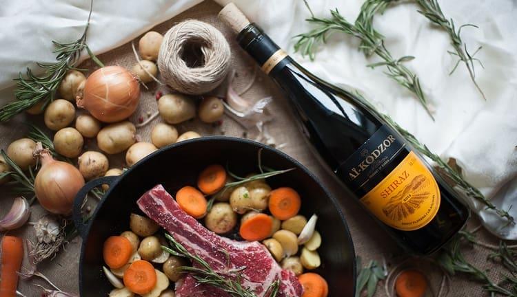 Популярностью пользуется вино Гай Кодзор шираз.