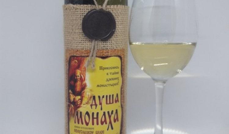 Подают это вино с соблюдением традиционных правил.