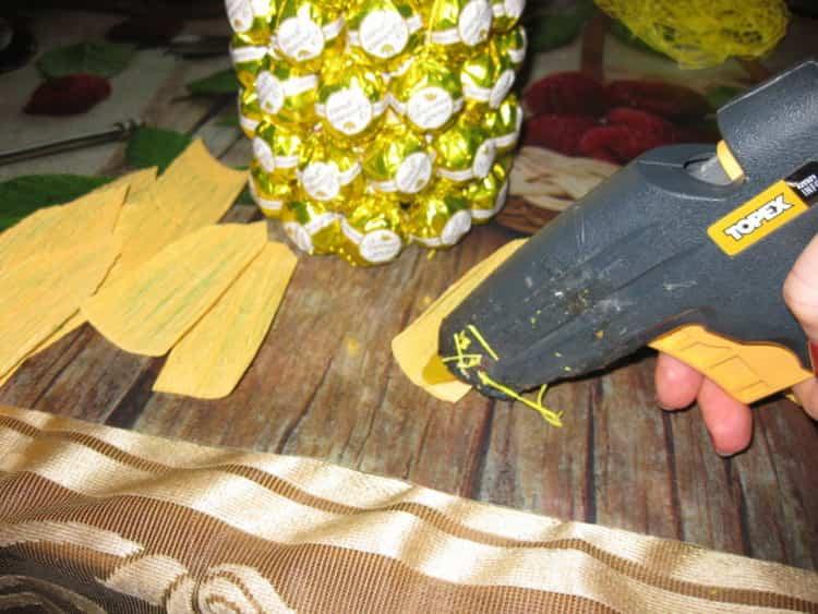 Смажьте лепестки клеем