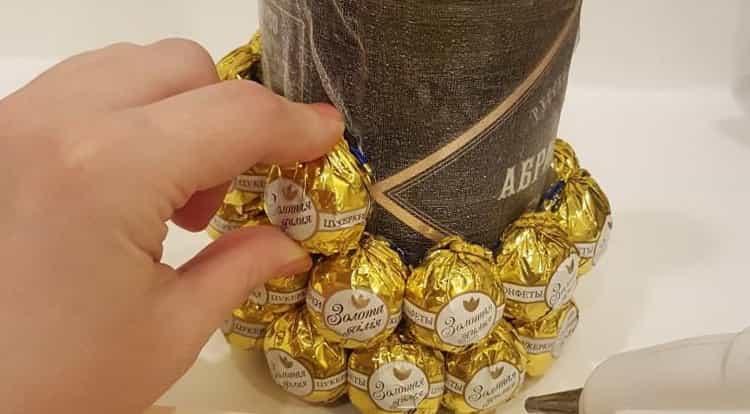 Наклейте конфеты на бутылку