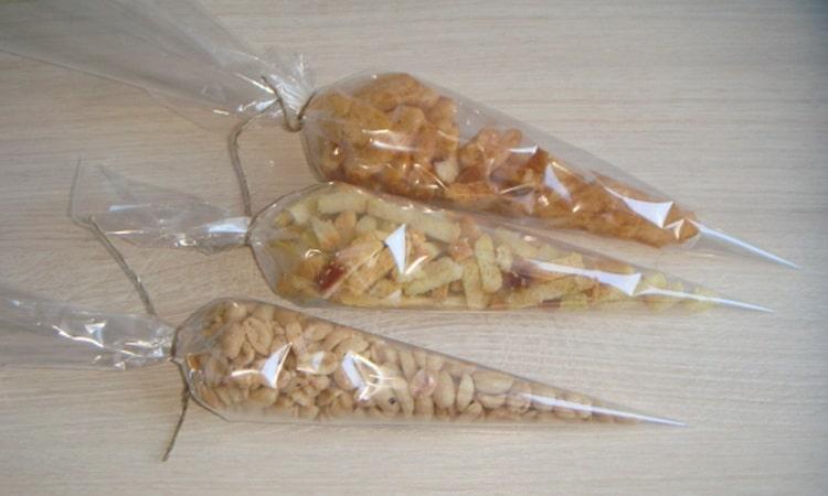Упаковывается арахис и чипсы