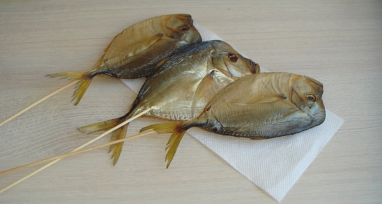 Вяленая рыбка насаживается на шпажки