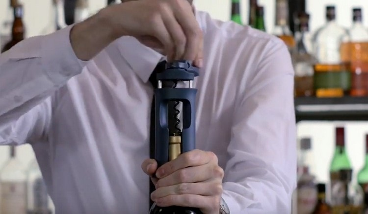 Посмотрите, как можно легко открыть вино со штопором.