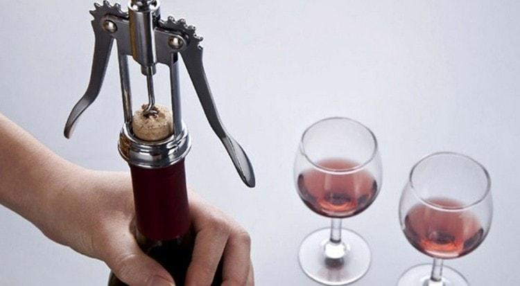 Вот один из хороших вариантов, как открыть вино штопором девушке.