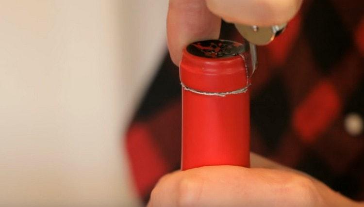 Разрезаем и убираем фольгу из горлышка бутылки.