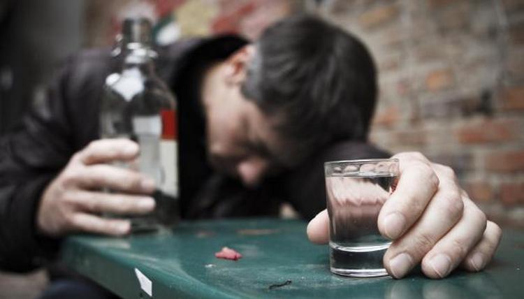 Симптомы отравления паленой водкой очень серьезные.