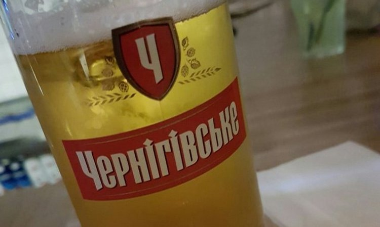 Подавать пиво желательно в специальных бокалах.