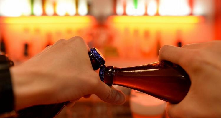 Еще одна бутылка это хороший способ, как открыть бутылку пива без открывашки.